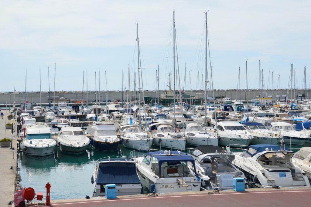Veduta del Porto di Lavagna con barche usate